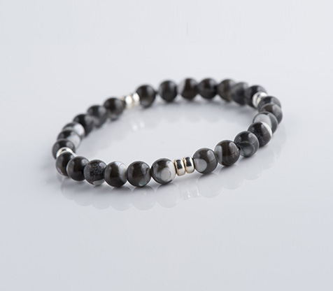 homme-bracelts-oeil-tigre